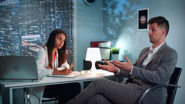 심리 치료 전문가와 자신의 문제를 공유하는 심리학자 치료 세션 사업가...