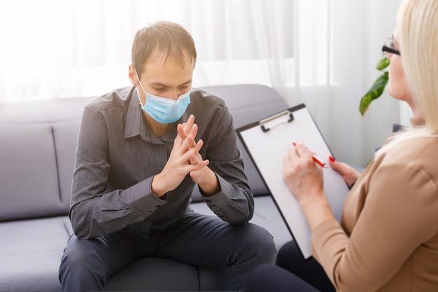 회색 캐비닛 위에 심리학자 여성과 남성 코로나바이러스 환자