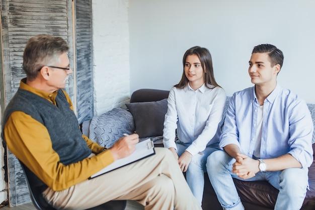 집에서 부부와 함께 일하는 심리학자