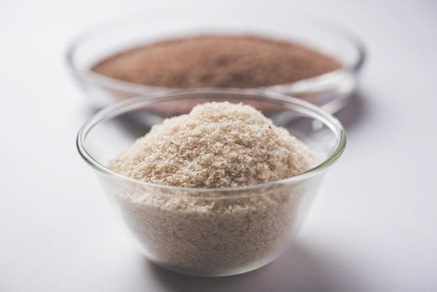Psyllium husk 또는 isabgol은 주로 인도에서 발견되는 plantago ovata의 씨앗에서 추출한 섬유입니다. 변덕스러운 배경 위에 그릇에 제공됩니다. 선택적 초점