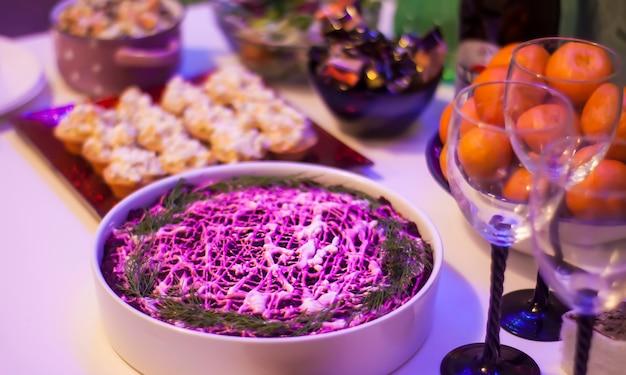 소금에 절인 청어, 마요네즈, 감자, 비트, 닭고기 달걀 및 허브로 만든 푸비 샐러드.