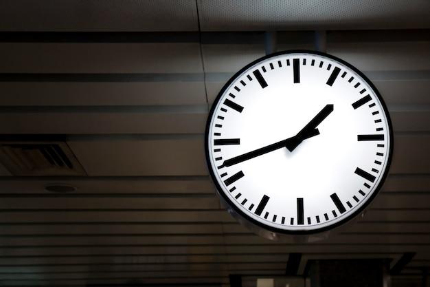 Общественные часы на железнодорожной станции