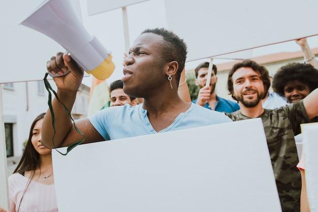 Публичная демонстрация на улице против социальных проблем и прав человека. группа многонациональных людей, выступающих с публичным протестом