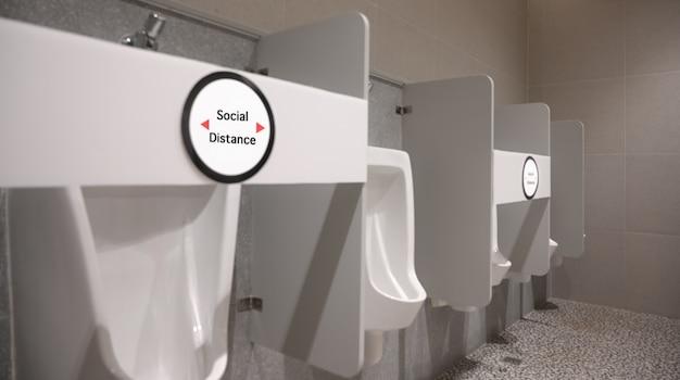 Общественный мужской туалетный писсуар. социальное дистанцирование в мужском туалете.