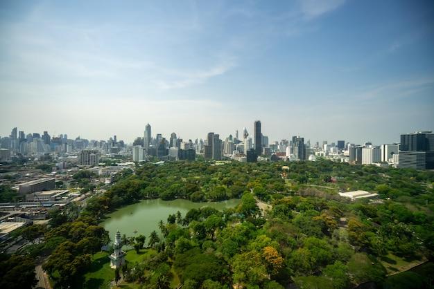 メトロポリス市内中心部の公共公園と高層ビルの街並み