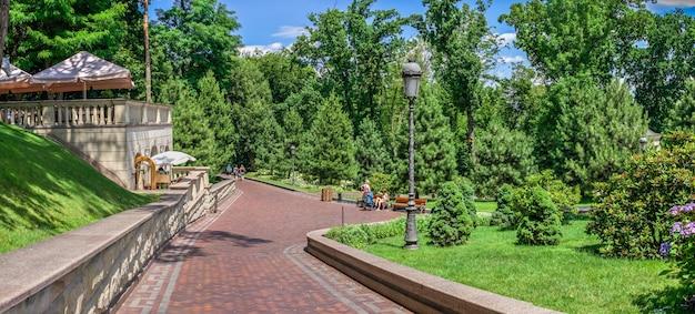 晴れた夏の日に、ウクライナ、キエフのメスィヒリャー邸にあるホンカ家の近くの公園