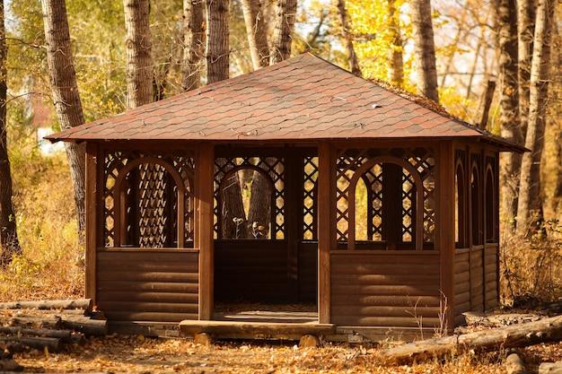 Общественное место, деревянный дом, летняя постройка для пикника в лесу для семейного отдыха на природе.