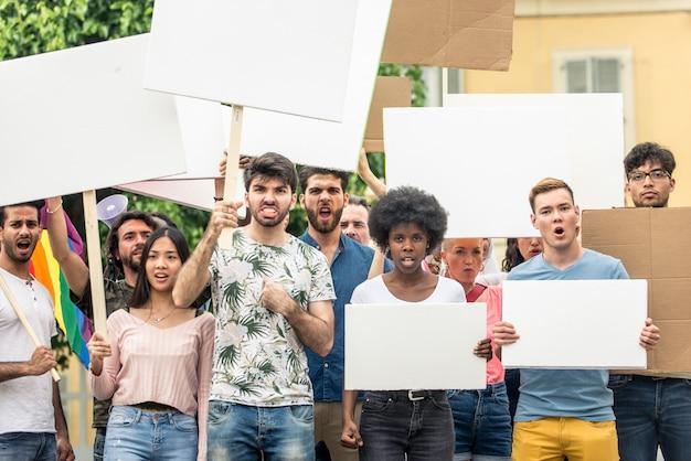 Общественный протест против социальных проблем и прав человека. группа многонациональных людей, выступающих с публичным протестом