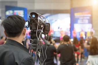 広報 -  PR。ビデオカメラでメディアイベントを撮影する。ニュースカンファレンス。