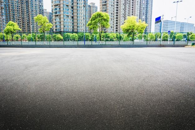Общественная площадь с пустым дорожным покрытием в центре города