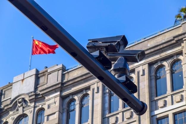 중국 상하이의 기둥에 설치된 공공 감시 카메라.