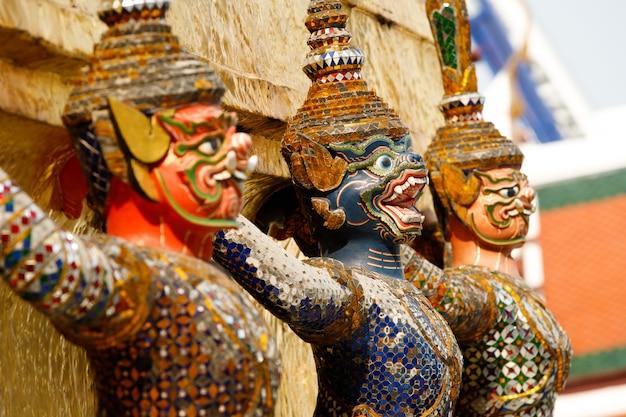 공공 사원은 황금색으로 장식되어 엘리트와 올드 패션을 보여줍니다. 모든 태국인을위한 복고풍 건축물이있는 유명한 공공 지역 왓 사원.