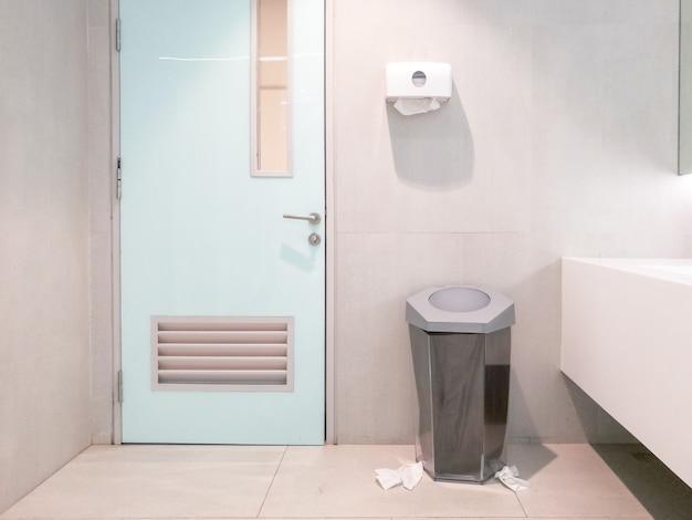公衆トイレ床のいたるところに紙が散っていた。