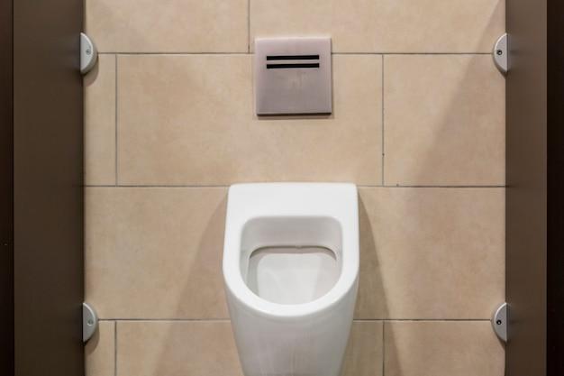 Туалет общественного туалета в интерьере городского здания b