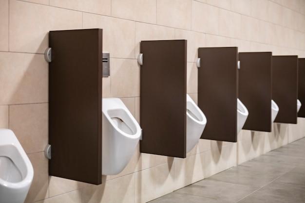 도시 건물 내부 b의 공중 화장실 화장실