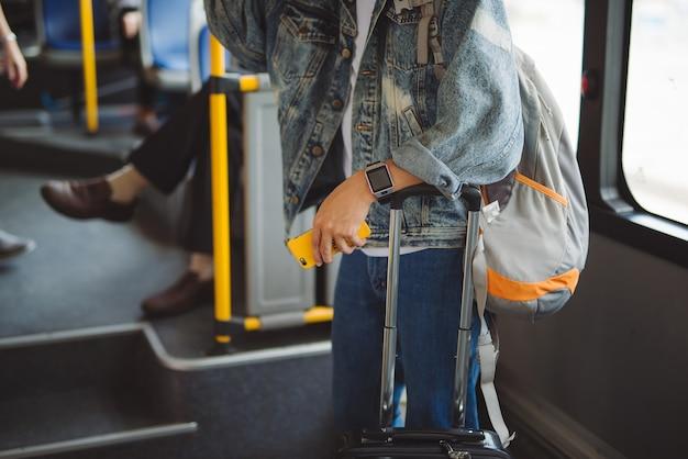 公共交通機関。バスの人々。市バスの中に座っているアジア人男性。