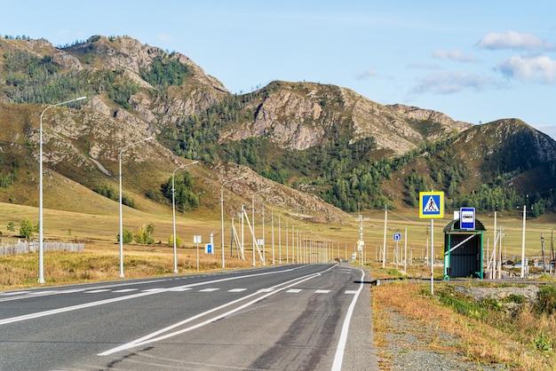トゥエクタ村近くの山道ロシア山アルタイに公共交通機関が停車します