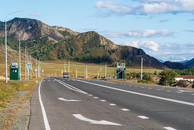 Остановка общественного транспорта на горной дороге
