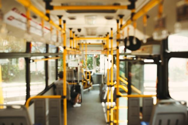 公共交通機関。近代的な市バスの内部のぼやけた画像