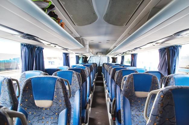 대중 도시 교통. 버스의 빈 내부. 승객 용 좌석
