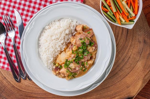 プッチェーロ。白豆、ひよこ豆、ソーセージ、ベーコン、野菜で作った料理。ブラジルと南アメリカで非常に一般的なスペイン起源の料理。上面図。