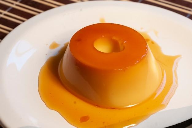 Пудинг с карамельным соусом