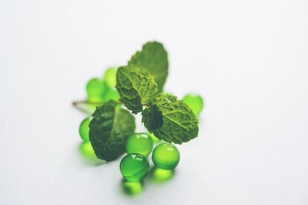 Пудина или мятные пилюли со свежими листьями. это аюрведическое лекарство от несварения желудка, газов и кислотности.