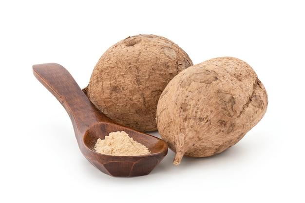 プエラリアミリフィカまたは白いクワクルアの果実と粉末がクリッピングパスで分離されました。