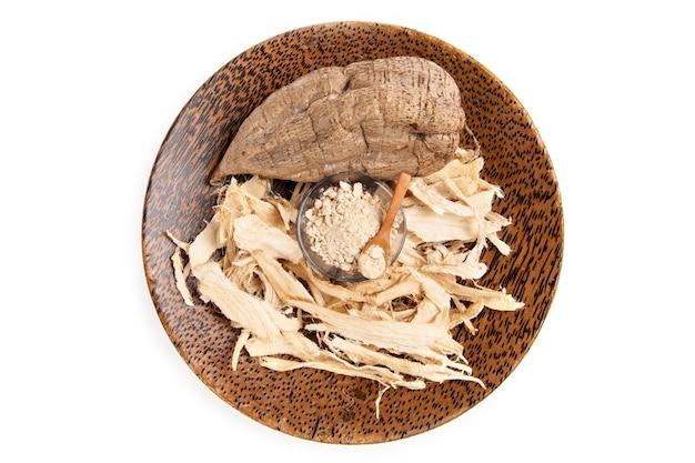 プエラリアミリフィカまたは白いクワクルアフルーツ、乾燥スライスと背景に分離された粉末。上面図、フラットレイ。