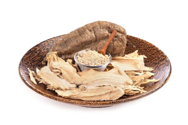 プエラリアミリフィカまたは白いクワクルアフルーツ、乾燥スライスと背景に分離された粉末。
