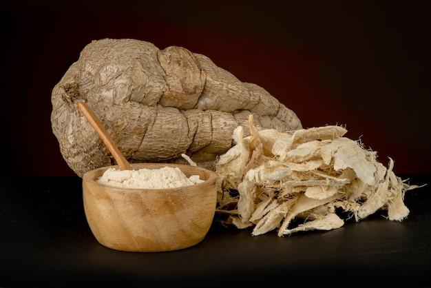 古い木製のテーブルの上のプエラリアミリフィカ根茎