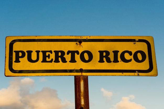Государство пуэрто-рико на старом желтом знаке с голубым небом