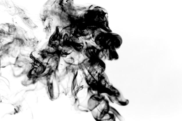 太い黒い煙のパフ