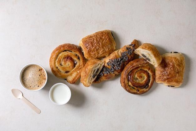 퍼프 페이스 트리 빵과 크로와상 프리미엄 사진