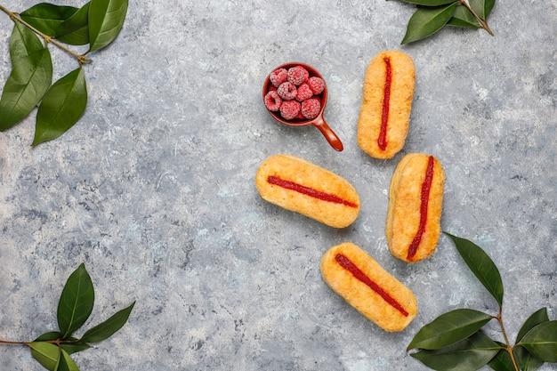 ラズベリージャムと冷凍ラズベリーを光でパフペストリークッキー