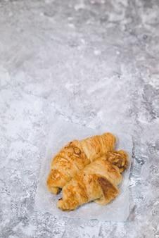 明るい背景に朝食のパイ生地のクロワッサン