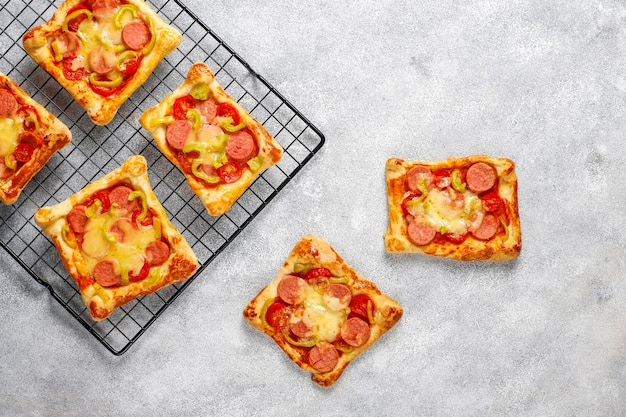 소시지와 퍼프 페이스트리 미니 피자.