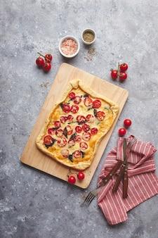 Пирог из слоеного теста с помидорами черри, моцареллой и пурпурным базиликом