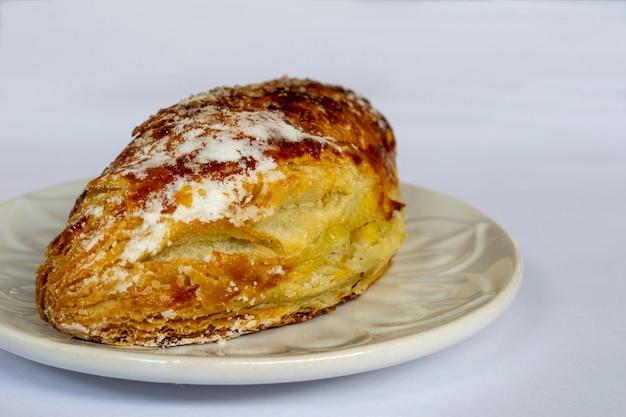 사과와 크림을 채운 퍼프 페이스트리. 사과 파이.
