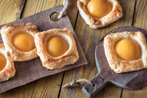 Слоеное тесто с консервированными персиками