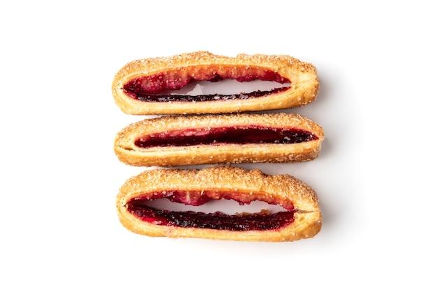 Слоеное тесто с вишневым или малиновым вареньем, изолированное на белом