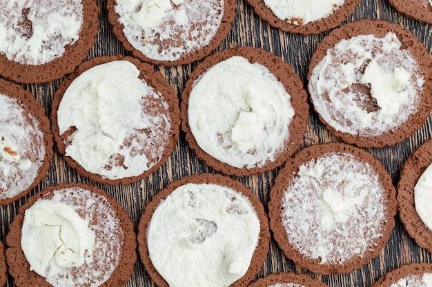 바닐라 향이 가미된 크리미한 필링 퍼프 페이스트리, 우유 필링이 가미된 달콤한 쿠키