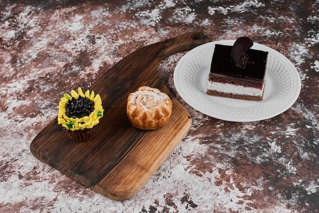 컵 케이크와 초콜릿 케이크와 퍼프 페이스 트리.