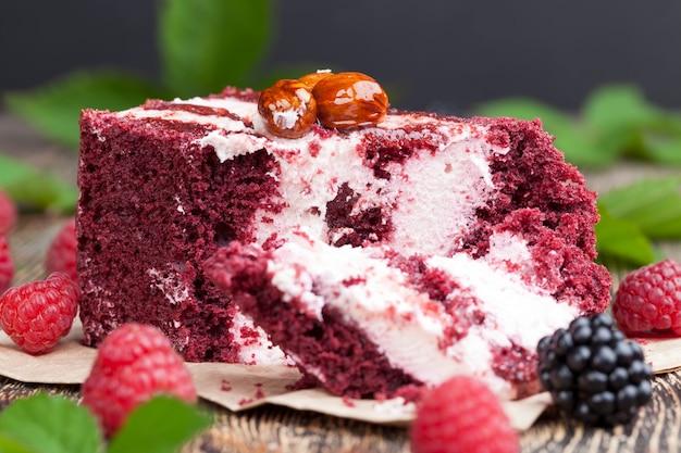 Слоеное тесто с белой кремовой начинкой и красным тестом и малиной с ежевикой