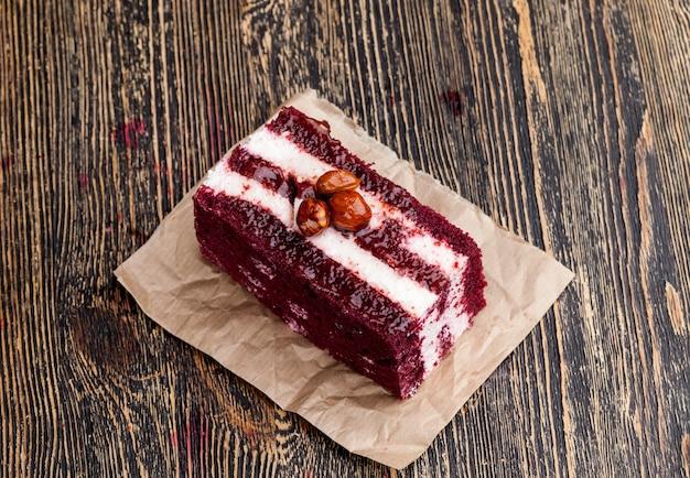 Слоеное тесто с белой кремовой начинкой и красным тестом