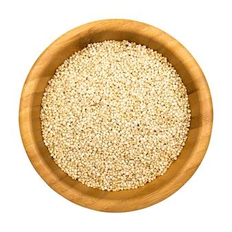 分離された木製の丸いボウルにミレットスナックのパフ。クリッピングパスと健康的な穀物ベジタリアンまたはビーガンフード