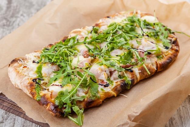 베이컨 치즈와 페스토 소스를 곁들인 루꼴라를 곁들인 퍼프 파이