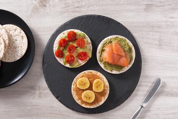 Воздушный рисовый пирог с бананом и арахисовым маслом на деревянном столе