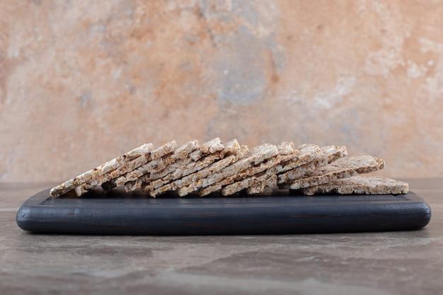 大理石の表面にあるトレイのパフライスケーキ