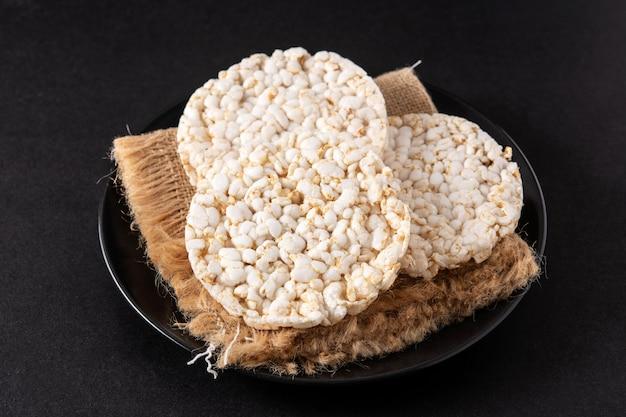 Воздушные рисовые лепешки на тарелке
